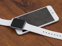Téléphone moderne et une montre Photo libre de droits
