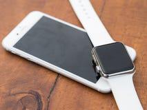 Téléphone moderne et une montre Image stock