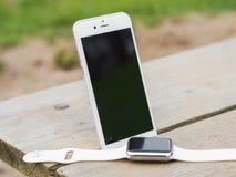 Téléphone moderne et une montre Photos libres de droits