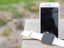 Téléphone moderne et une montre Photo stock