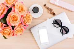 Téléphone, montre, verres sur le bureau Image libre de droits