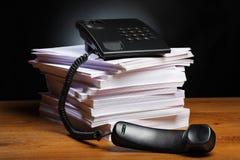 Téléphone, papier, bureau photographie stock libre de droits