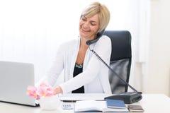 Téléphone parlant aîné de femme d'affaires Photos libres de droits