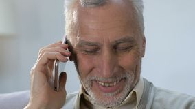 Téléphone parlant d'homme plus âgé gai avec le bon ami, conversation agréable clips vidéos