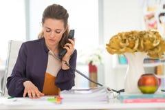 Téléphone parlant de couturier dans le bureau Photo stock