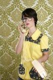 Téléphone parlant de cru de rétro femme de femme au foyer de ballot Photographie stock libre de droits
