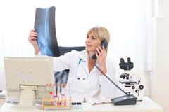 Téléphone parlant de femme aîné de docteur Photo stock