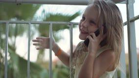 Téléphone parlant de sourire de petite fille banque de vidéos