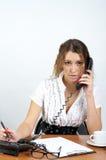 Téléphone parlant mignon de femme d'affaires photos stock