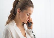 Téléphone parlant moderne de femme d'affaires dans le bureau Photo stock