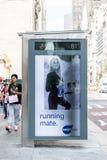 Téléphone payant sur le coin de la rue urbain de New York City photo stock