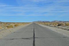 Téléphone Polonais vide de route de désert Photos stock