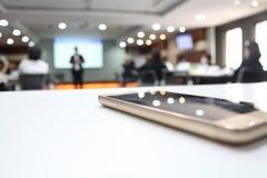 Téléphone portable à l'intérieur d'un lieu de réunion photo libre de droits