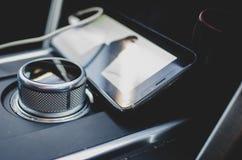 Téléphone portable à l'intérieur d'une voiture photographie stock
