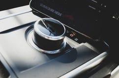 Téléphone portable à l'intérieur d'une voiture image libre de droits