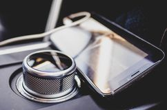 Téléphone portable à l'intérieur d'une voiture photo stock