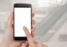 Téléphone portable émouvant de main avec le fond d'aéroport Photos stock