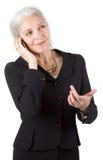 Téléphone portable aîné d'utilisations de femmes d'affaires Images stock