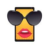 Téléphone portable avec des verres de soleil et des lèvres femelles Images stock