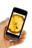 Téléphone portable avec l'éclaboussure de citron photographie stock
