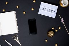 Téléphone portable avec l'écran vide sur la table noire avec des détails d'or image stock