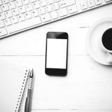 Téléphone portable avec l'étable noire et blanche de couleur de tasse d'ordinateur et de café Photo stock
