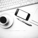 Téléphone portable avec l'étable noire et blanche de couleur de tasse d'ordinateur et de café Photos stock