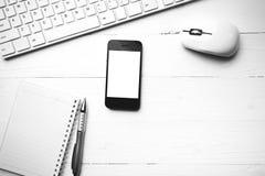 Téléphone portable avec l'étable noire et blanche de couleur de tasse d'ordinateur et de café Photographie stock libre de droits