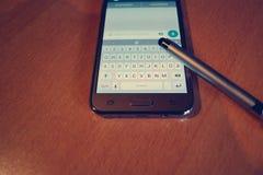 Téléphone portable avec l'application de causerie Images libres de droits