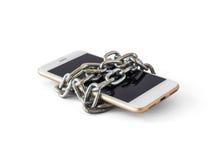 Téléphone portable avec l'isolat verrouillé par chaîne image libre de droits