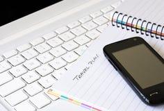 Téléphone portable avec l'ordinateur portatif et le carnet de notes à spirale Image libre de droits