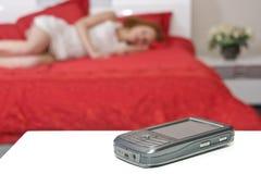 Téléphone portable avec la femme de sommeil brouillée Photographie stock libre de droits