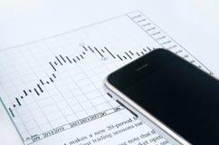 Téléphone portable avec le diagramme courant Photos stock