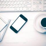Téléphone portable avec le style de vintage de tasse d'ordinateur et de café Photographie stock libre de droits