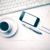 Téléphone portable avec le style de vintage de tasse d'ordinateur et de café Images libres de droits