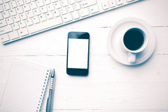 Téléphone portable avec le style de vintage de tasse d'ordinateur et de café Photographie stock