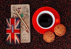 Téléphone portable avec Planbook et tasse de café avec des biscuits sur le fond de café Photo stock