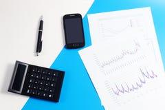 Téléphone portable, calculatrice, diagrammes, graphiques, documents, stylo Images libres de droits