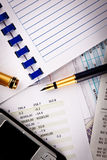 Téléphone portable, crayon lecteur et documents financiers Photographie stock libre de droits