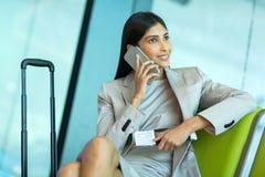 Téléphone portable d'homme d'affaires en voyage Photos stock