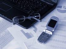 téléphone portable d'ordinateur portatif en verre photo stock