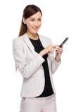 Téléphone portable d'utilisation de femme d'affaires Image stock