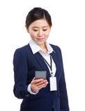 Téléphone portable d'utilisation de femme d'affaires pour le message textuel Images libres de droits