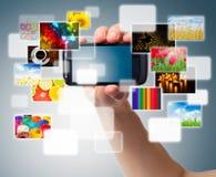 Téléphone portable dans la main mâle Image libre de droits