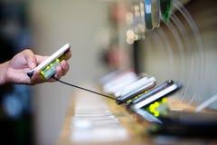 Téléphone portable dans une boutique Images libres de droits