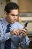Téléphone portable de composition d'homme Images libres de droits