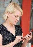 Téléphone portable de composition de femme Images libres de droits