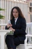 Téléphone portable de composition de femme d'affaires de Latina Images stock