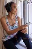 Téléphone portable de détente de femme Photos stock