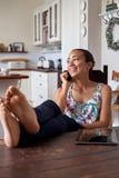 Téléphone portable de détente de femme Image libre de droits